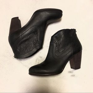 Ugg black ankle boots / booties size 7.5